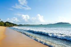 Céu tropical do por do sol da praia com nuvens iluminadas Imagem de Stock Royalty Free