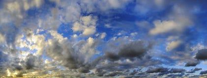 Céu tropical panorâmico no por do sol imagens de stock