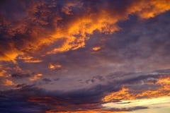 Céu vermelho avermelhado do por do sol com nuvens e nuvens imagens de stock