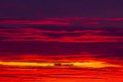 Céu vermelho e alaranjado espetacular no por do sol Fotografia de Stock