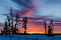 Céu vermelho na noite, por do sol, vaqueiro Trail, Alberta, Canadá Foto de Stock