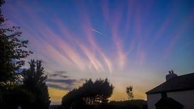 Céu vermelho Wispy em nuvens de noite Fotografia de Stock