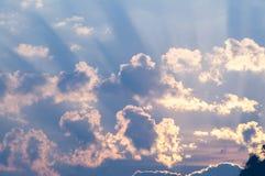 Céus ardentes do fulgor do por do sol na manhã Imagens de Stock Royalty Free