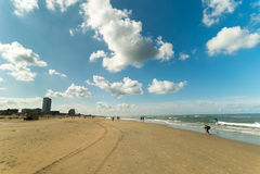 Céus azuis acima da praia de Zandvoort Zee aan, os Países Baixos Fotos de Stock