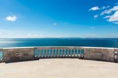Céus azuis de negligência de Panteao Nacional do oceano do balcão da catedral fotografia de stock