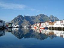 Céus azuis e água bonitos em Henningsvaer Fotografia de Stock Royalty Free