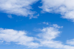 Céus azuis e nuvens de cirro altas Fotos de Stock