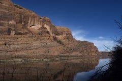 Céus azuis e nuvens do verão dos penhascos do Rio Colorado Redrock Imagens de Stock