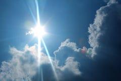 Céus azuis e raios do sol fotos de stock