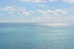 Céus azuis, nuvens brancas e os mares abertos fotografia de stock royalty free