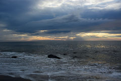 Céus celestiais e mares reconfortantes no alvorecer Imagens de Stock Royalty Free