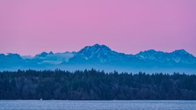 Céus cor-de-rosa sobre os Olympics fotos de stock