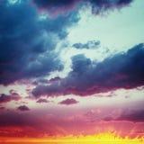 Céus da baunilha Céu dramático fantástico do por do sol foto de stock royalty free