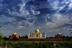 Céus da monção sobre o Taj fotos de stock royalty free