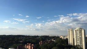 Céus do esclarecimento no lapso de tempo da skyline da cidade video estoque