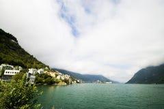 Céus nebulosos e água   Fotos de Stock Royalty Free