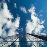 Céus nebulosos e construção reflexiva Fotos de Stock Royalty Free