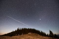 Céus noturnos bonitos acima das montanhas Fotos de Stock