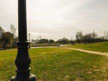 C?us nublados no parque do meio-dia imagens de stock royalty free