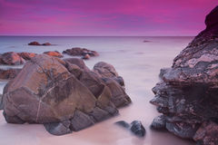 Céus roxos sobre o oceano Fotografia de Stock Royalty Free