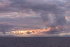 Céus tormentosos fora de Alaska litoral imagem de stock royalty free