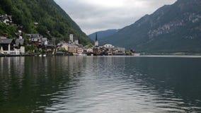 Cênico bonito do lago Hallstatt Hallstatter vê no Salzkammergut, cumes austríacos, Áustria filme