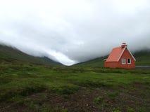 Cênico da casa velha islandêsa em um vale em Islândia oriental em um dia nebuloso fotografia de stock