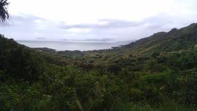 Cênico negligencie do Oceano Pacífico com florestas tropicais e montanhas foto de stock royalty free
