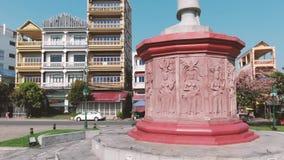 Círculo aéreo alrededor del alivio del estilo de Angkorian que adorna la base de una estatua en Camboya almacen de video