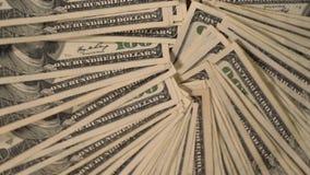 Círculo avivado del múltiplo 100 billetes de banco de USD almacen de metraje de vídeo