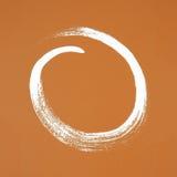 Círculo blanco pintado en fondo anaranjado Fotos de archivo