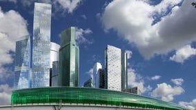 Círculo central de Moscú - poco anillo, MCC, o MK MZD, y rascacielos de la ciudad internacional del centro de negocios, Rusia almacen de metraje de vídeo