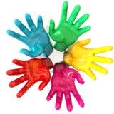 Círculo colorido de las manos que alcanza hacia el cielo Foto de archivo libre de regalías
