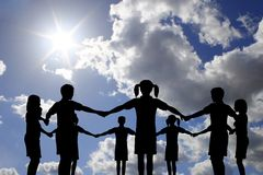 Círculo das crianças no céu ensolarado real Fotos de Stock