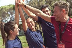 Círculo de atletas novos desportivos felizes no sportswear que levanta o ha fotos de stock royalty free