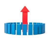 Círculo de bloques buidling azules alrededor de la flecha upleading Imágenes de archivo libres de regalías