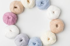 Círculo de bolas coloridas do fio no fundo branco Foto de Stock