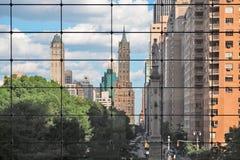 Círculo de Columbus visto a través de ventanas de un edificio Imagen de archivo