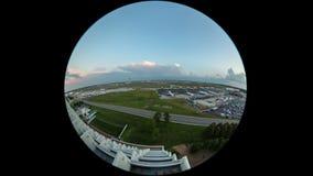 Círculo de Fisheye del aeropuerto del lapso de tiempo del aeroplano almacen de metraje de vídeo