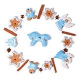 Círculo de galletas de la Navidad y de un caballo azul en el centro Fotografía de archivo libre de regalías