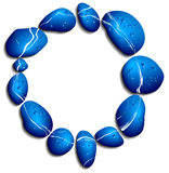 Círculo de guijarros azules con las gotitas de agua Imágenes de archivo libres de regalías