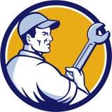 Círculo de Holding Monkey Wrench del mecánico retro stock de ilustración