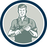 Círculo de Holding Monkey Wrench do encanador retro Fotos de Stock