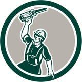 Círculo de Holding Up Chainsaw del arborista retro libre illustration