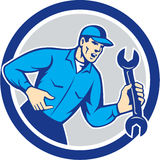 Círculo de la llave de Shouting Holding Spanner del mecánico retro stock de ilustración