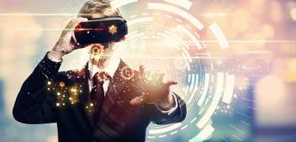 Círculo de la tecnología de Digitaces con el hombre de negocios usando una realidad virtual imagen de archivo libre de regalías