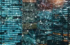 Círculo de la tecnología de Digitaces con los rascacielos iluminados en la noche imagen de archivo