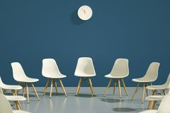 Círculo de las sillas del diseño moderno con un una impar hacia fuera Oportunidad de trabajo Dirección del negocio Concepto del r imagen de archivo