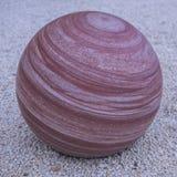 Círculo de pedra marmoreado da esfera listrado no vermelho fotos de stock royalty free