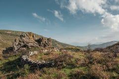 Círculo de piedra y afloramiento rocoso en las montañas de Córcega imagenes de archivo